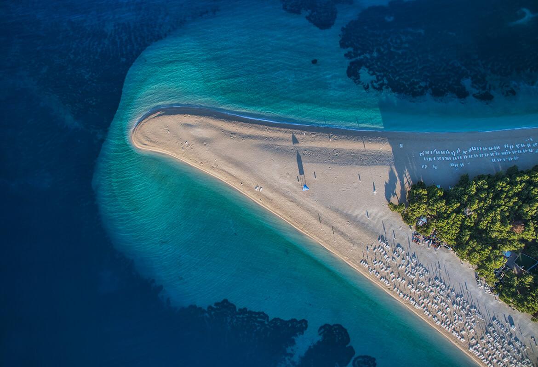 Ikonická pláž Zlatni rat na ostrově Brač